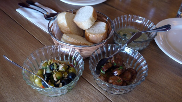 派對橄欖、西班牙香腸、藍紋起士燴秋葵 都可搭配麵包 Tapas:Spanish Chorizo / Olives / Blue cheese with okra