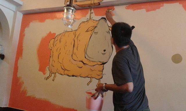 老闆Jason親自粉刷,保留Candy Bird的壁畫,但底色更換為橘色